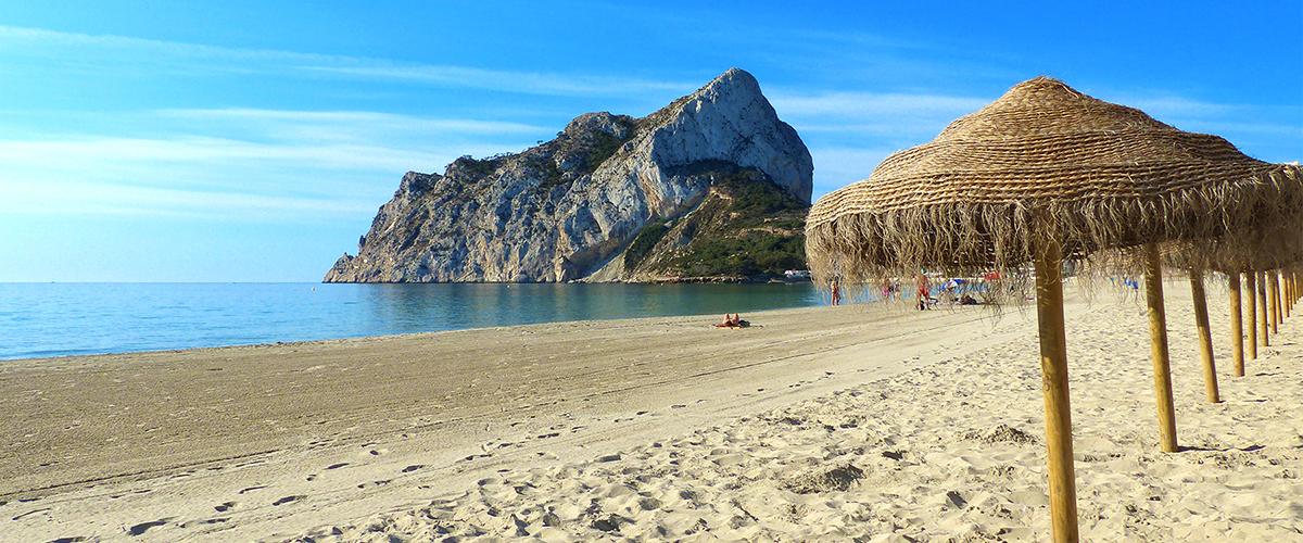 Abahana Villas - Parasols on the beach of La Fossa in Calpe.