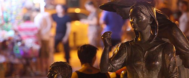 Abahana Villas - Escultura de los pescadores en la plaza del castillo.