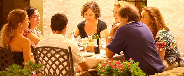 Abahana Villas - Restaurantes y terrazas en las noches de verano.