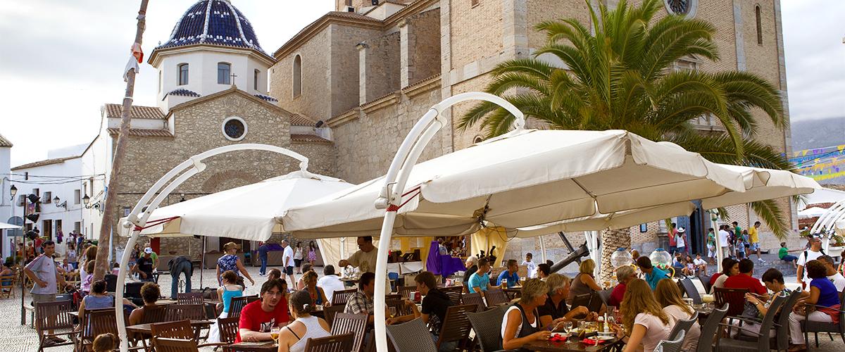 Abahana Villas - Restaurants sur la place de l'église d'Altea.