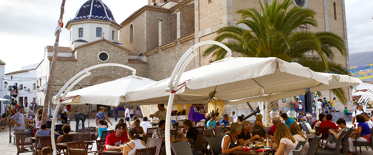Abahana Villas - Restaurants on the square of the church of Altea.