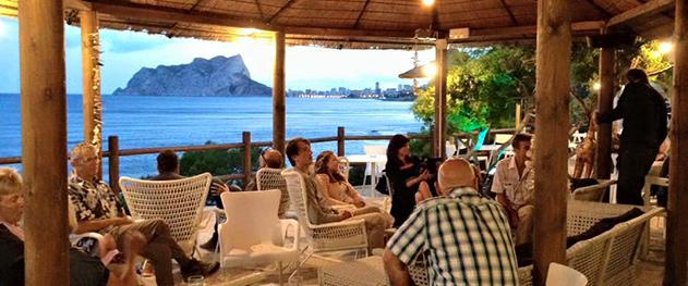 Abahana Villas - Noches de música en directo en el bar de la cala.