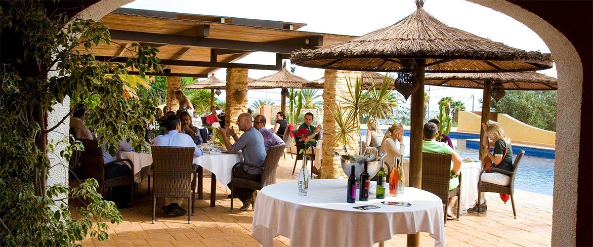 Oscar - Dinner on the terrace with pool.