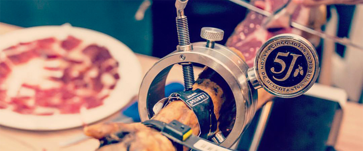 Saltea - Quality products, cutting of Cinco Jotas ham.