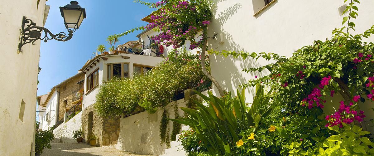 Abahana Villas - Calle empedrada del casco antiguo de Altea.