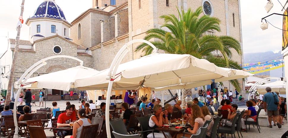 Abahana Villas - Restaurantes en la plaza de la iglesia.