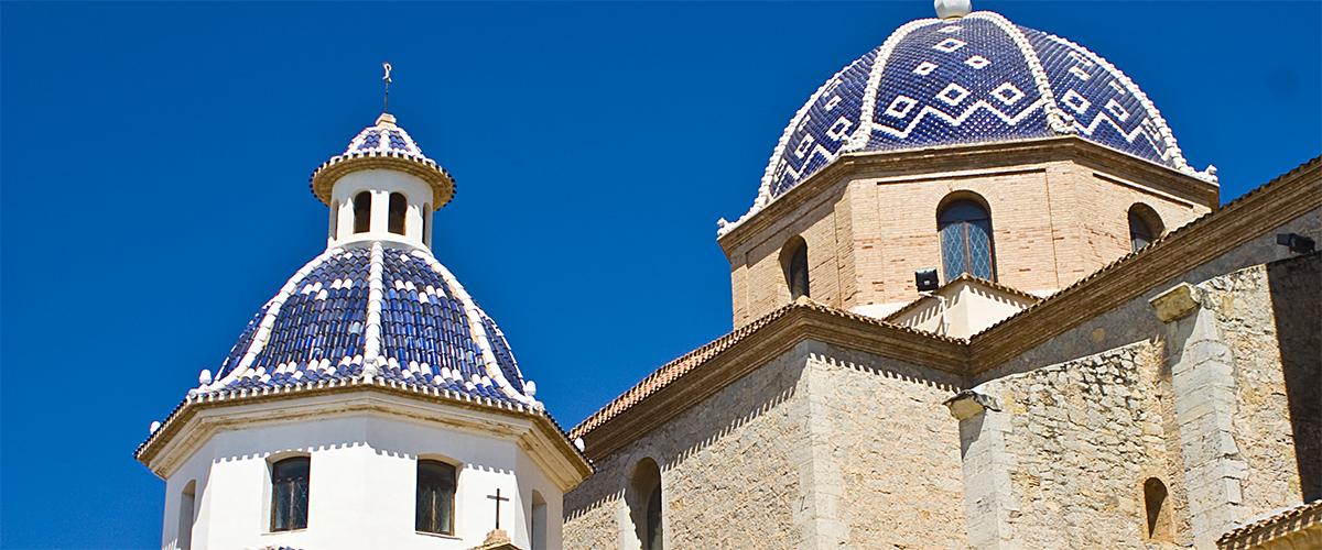 Abahana Villas - blaue Kuppeln der Kirche in Altea.