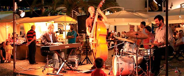 Abahana Villas - Música en directo en la Plaza de la Iglesia.
